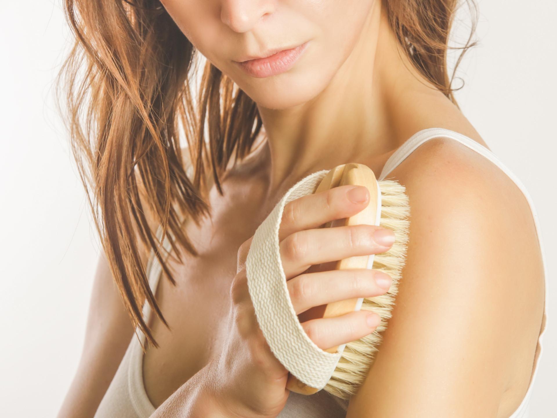 Dry body brush, Woman dry brushing body to reduce cellulite, det